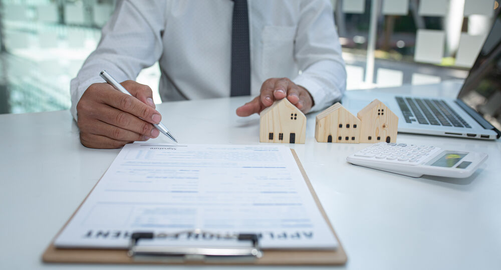Real,Estate,Agent,And,Customer,Signing,Contract,To,Buy,House,
